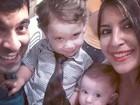 Em família! Priscila Pires faz selfie com marido e os filhos