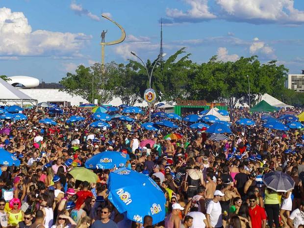 Foliões do bloco Babydoll de Nylon concentrados na Praça do Cruzeiro, em Brasília (Foto: Paulo Cavera/Divulgação)