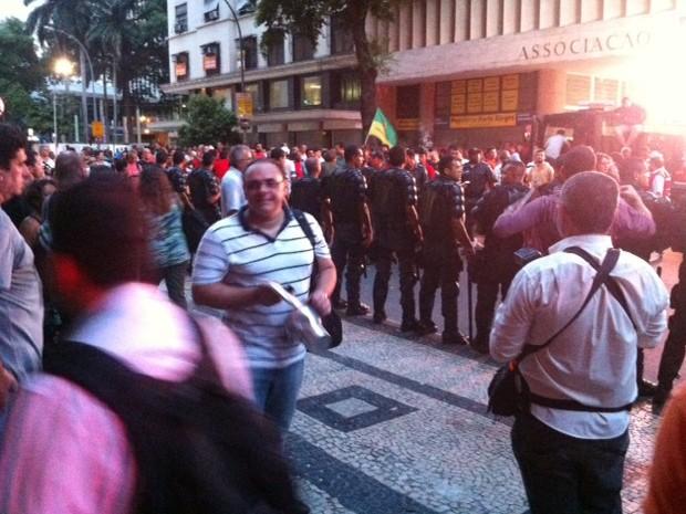Policiais na porta da ABI (Foto: Daniel Silveira/G1)