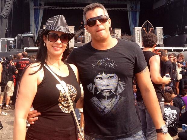 O médico Abraão Azevedo, de 39 anos, saiu de Vitória da Conquista (BA) com a mulher, Milena Farias, de 33, para ver o show do Iron Maiden. 'Sou muito fã da banda. Tem gente que acha que todo baiano ouve só axé. Não é verdade', diz ele (Foto: Priscilla Souza/G1)
