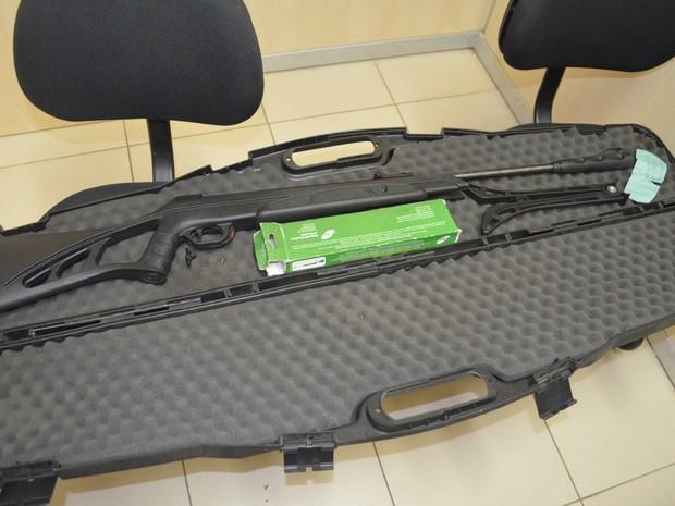 Arma foi apreendida pelos policiais e entregue na delegacia (Foto: Marcelo Marques/ G1 RR)