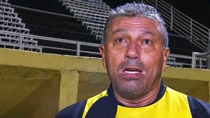Gilberto Pereira, técnico interino do Atlético-GO (Foto: Reprodução/Premiere)