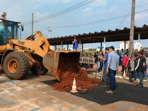 Uma operação tapa-buraco precisou ser realizada de forma emergencial  (Foto: Fernanda Ubaid/ TV TEM)