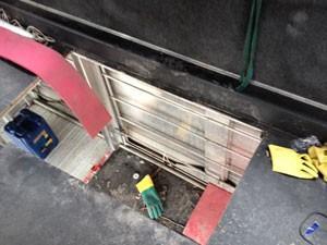 Fundo falso de ônibus era usado para saída e entrada de assaltantes (Foto: Tatiana Santiago/G1)