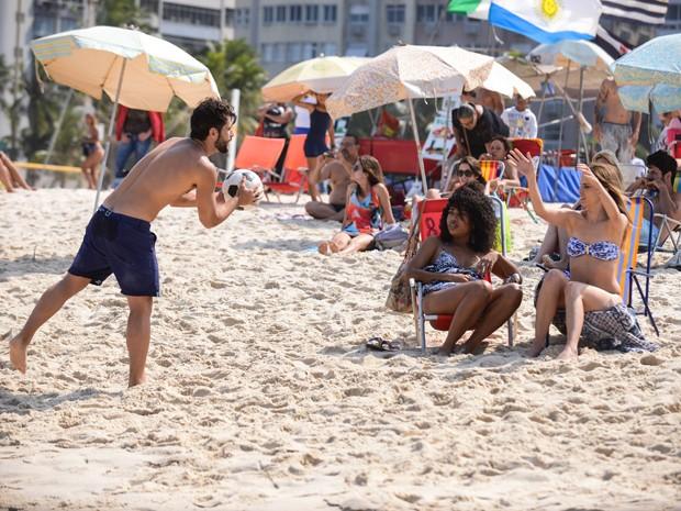 Na praia com Dina, Ray é surpreendida por Edu (Foto: Raphael Dias/TV Globo)
