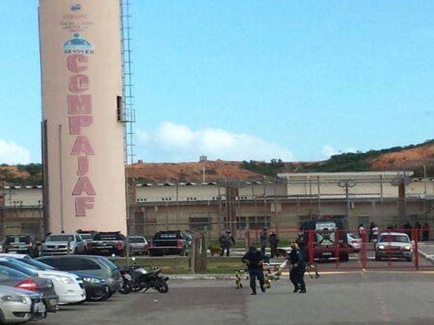 Detentos do presídio de segurança máxima fazem motim em Aracaju (Foto: Rafael Carvalho/TV Sergipe)