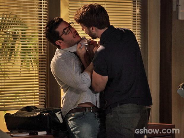 Gabriel se irrita com Felipe e parte para cima dele (Foto: Pedro Curi/ TV Globo)