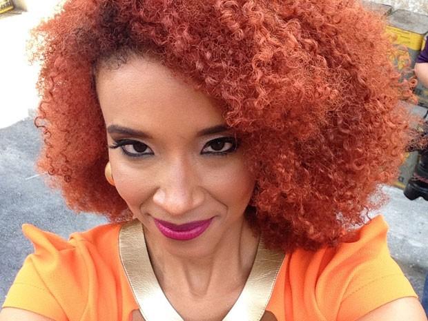 Entre caras e bocas, Maria Bia escolheu sua foto preferida (Foto: Sexo e as Negas/TV Globo)