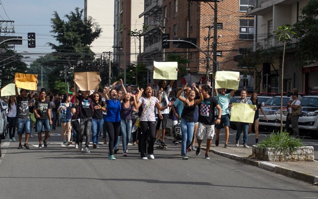 Alunos seguem ocupando a escola Fernão Dias, em Pinheiros, zona oeste de São Paulo, em vigília acompanhada de outros alunos, acampados na calçada (Foto: Douglas Pingituro/Brazil Photo Press/Estadão Conteúdo)