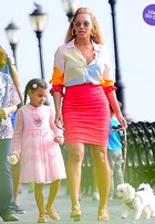 Look do dia: Beyoncé e Blue Ivy capricham no visual colorido em NY