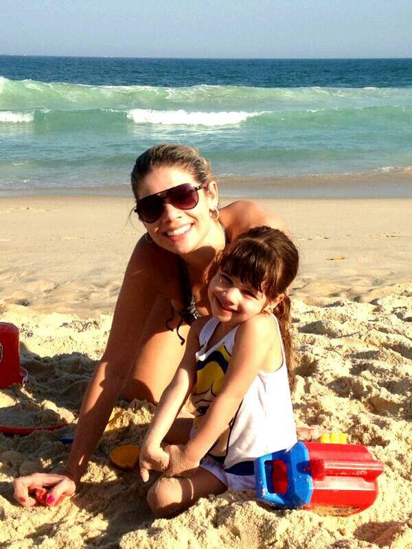 Cátia Paganote curte praia com a filha (Foto: Pablo Amora Assesoria de imprensa/Divulgação)