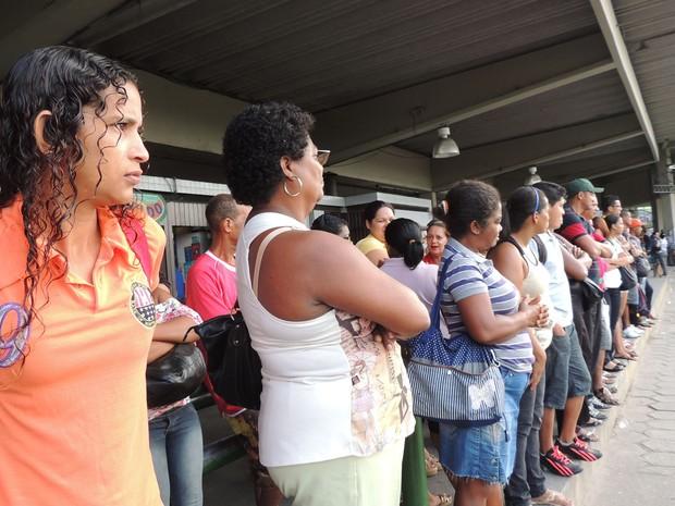 Shirlene afirma que dificuldades de hoje são as mesmas dos dias normais, no Terminal da Macaxeira. (Foto: Katherine Coutinho / G1)
