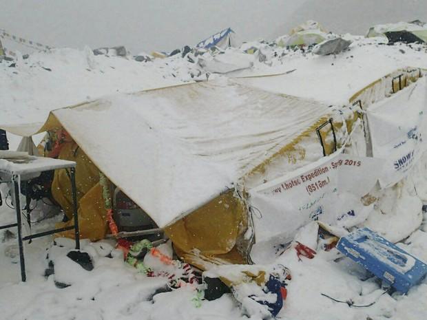 Acampamento na base do Everest após avalanche (Foto: Azim Afif via AP)