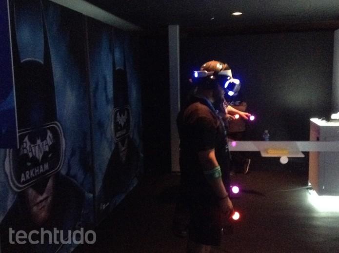 Batman Arkham VR sendo testado na E3 (Foto: Felipe Vinha/TechTudo)