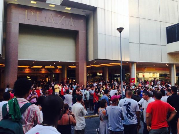 Jovens fazem 'rolezinho' no Plaza Shopping, em Niterói (Foto: Daniel Silveira/ G1)