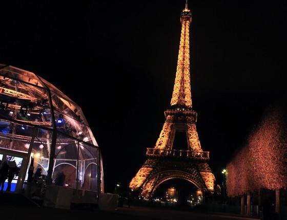 Estúdio montado ao lado da Torre Eiffel, em Paris, França, para chamar a atenção sobre as mudanças climáticas às v[ésperas da Conferência do Clima de Paris (Foto: Thibault Camus/AP)