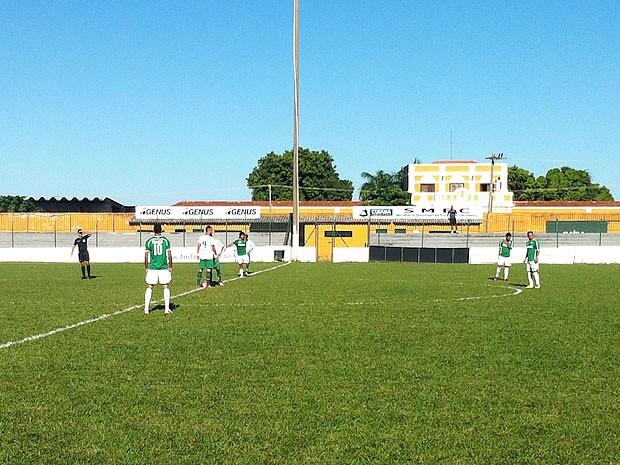 Sol forte atrapalhou jogadores jogo entre Cuiabá x Icasa que terminou empatado em 0 a 0 (Foto: Lucas de Senna/GLOBOESPORTE.COM)