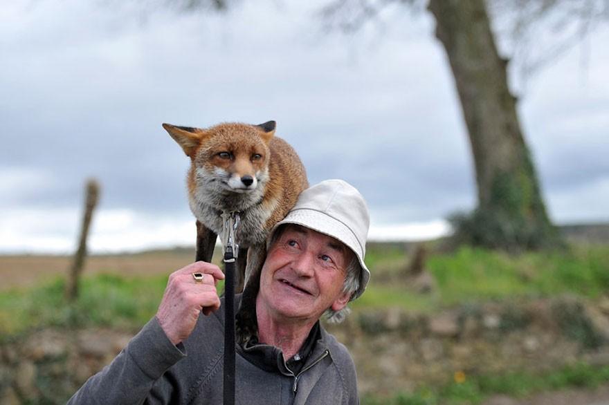 Gibbons e uma das companheiras (Foto: Reprodução)