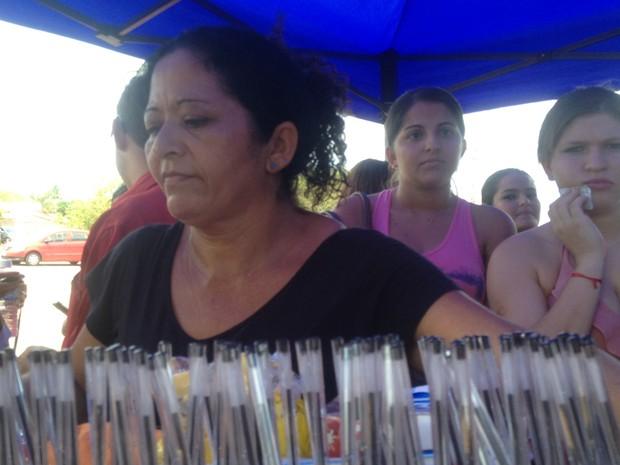 Rosimar vendeu todo o estoque de água em pouco tempo. Ela também estava vendendo canetas pretas na porta do Colégio Militar de Palmas (Foto: Bernardo Gravito/G1)