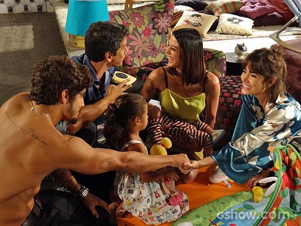 Patrícia, Michel, Guto e Silvia curtem os filhos em total harmonia (Foto: Amor à Vida/TV Globo)