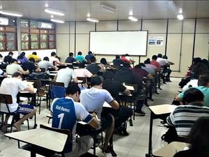Alunos em aula durante prova na UFAM, em Manaus (Foto: Reprodução/ Facebook)