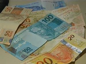 Falsificar e repassar dinheiro falso é crime (Foto: Reprodução/TV Anhanguera)