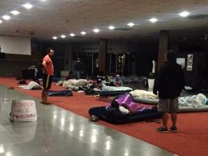 Pela terceira noite consecutiva, professores dormiram pelo chão da Alesc (Foto: Mayara Vieira/RBS TV)