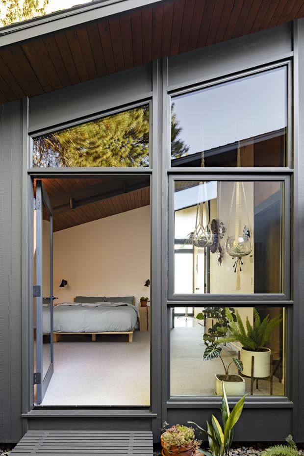 Madeira e vidro revestem casa dos anos 1950 (Foto: Lincoln Barbour/Divulgação)