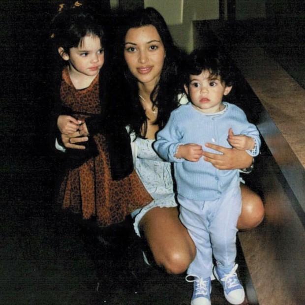 Kim Kardashian posa na companhia das irmãs mais novas: Kendall (à esquerda) e Kylie Jenner (direita) (Foto: Reprodução/Instagram)