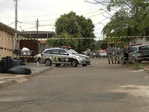 Dois homens morrem baleados em casa no Jardim Brasil, em Goiânia, Goiás (Foto: Reprodução/TV Anhanguera)