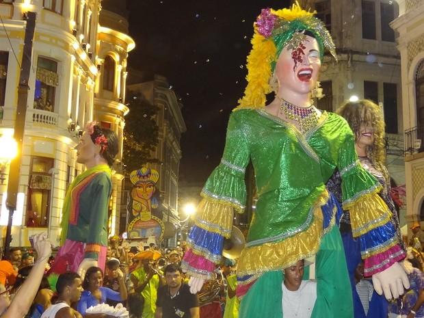 Bonecos gigantes desfilam pela Rua do Bom Jesus, no Bairro do Recife (Foto: Penélope Araújo/G1)