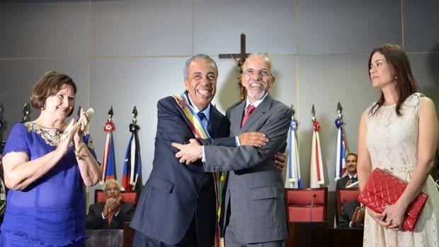 Edvaldo Nogueira transmite a faixa de Prefeito de Aracaju para João Alves (Foto: Marina Fontenele/G1 SE)