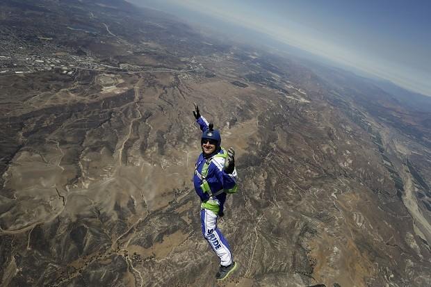 Luke Aikins no momento em que saltou do avio, a mais de 7 mil metros de altura (Foto: Associated Press)
