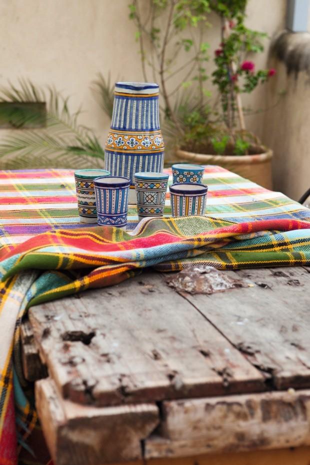 Conjunto de jarra e copos com estampas tradicionais marroquinas em cima da mesa de madeira de demolição (Foto: Lufe Gomes / Editora Globo)