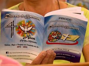 Cartilha sobre o voto consciente da Diocese de Barretos, SP  (Foto: Claudio Oliveira/EPTV)
