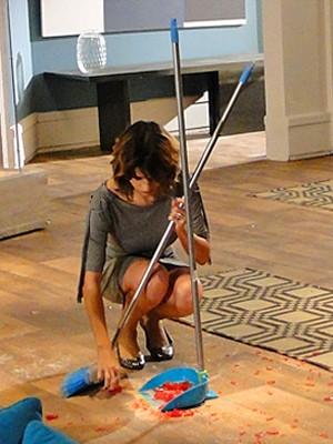 A patricinha é obrigada a limpar o chão (Foto: Cheias de Charme / TV Globo)