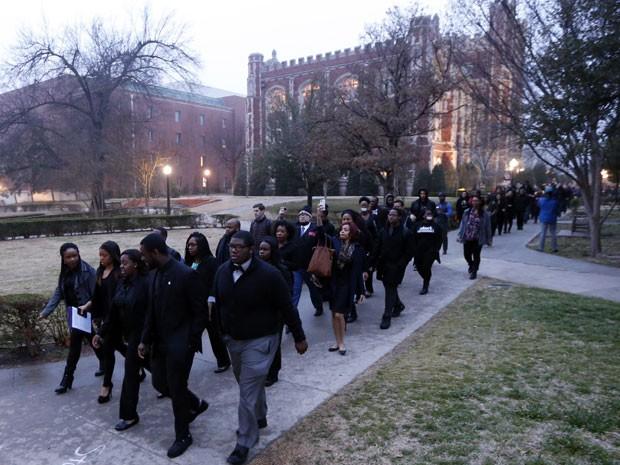Estudantes da Universidade de Oklahoma protestam contra comentários racistas em um vídeo da fratenidade Sigma Alpha Epsilon (Foto: Steve Sisney/AP)
