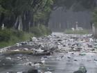 Sem coleta, barreira de lixo bloqueia uma das principais vias de Cubatão