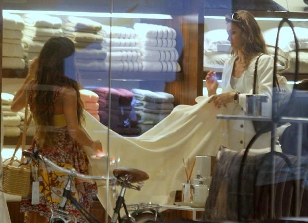 Isis e Maria Fernanda gravam cenas em loja de shopping (Foto: Daniel Delmiro/ Agnews)
