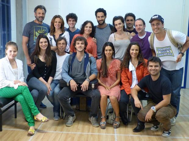 O elenco reunido com o coaching Eduardo Milewicz (Foto: Samia Mazzucco/Gshow)