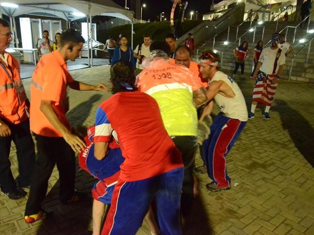 Torcedores americanos brigam após jogo no Arena das Dunas, em Natal 4 (Foto: Jose Aldenir)