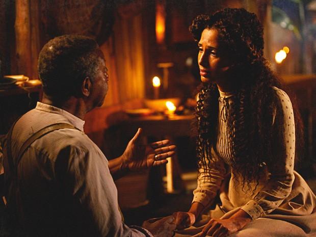 Seu Afonso tenta aliviar a aflição de Isabel, mas não consegue (Foto: Lado a Lado / TV Globo)
