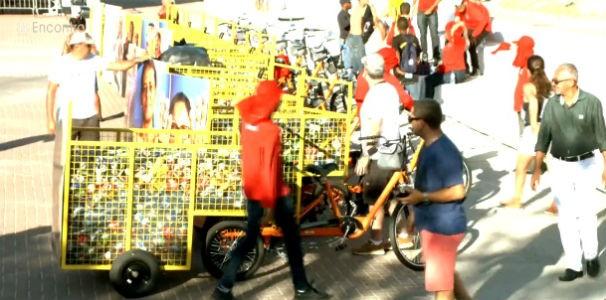 Os novos equipamentos de coleta entregues a catadoras em Alagoas  (Foto: Reprodução/ TV Globo)