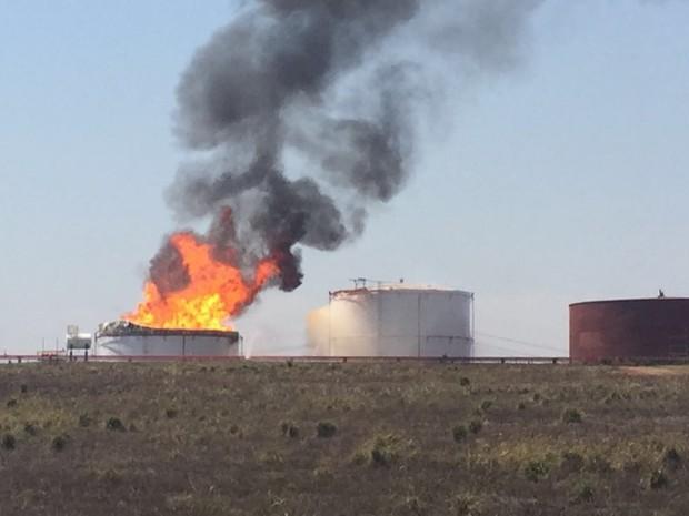 Bombeiros tentam controlar incêndio para que ele não atinja outros tanques (Foto: Fernando Daguano/TV TEM)