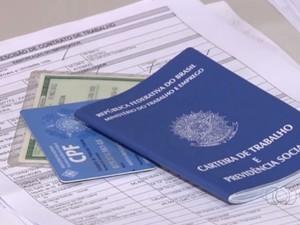 Carteira de trabalho, CPF, contrato de trabalho e carteira de identidade (Foto: Reprodução/TV Anhanguera)