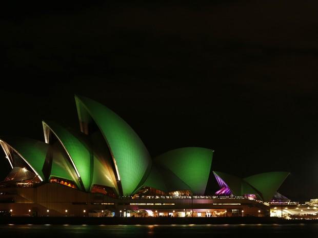 """O Opera House, em Sydney, na Austrália, participa neste sábado (23) da """"Hora do Planeta"""", deixando luzes verdes ligadas (Foto: REUTERS/Daniel Munoz)"""