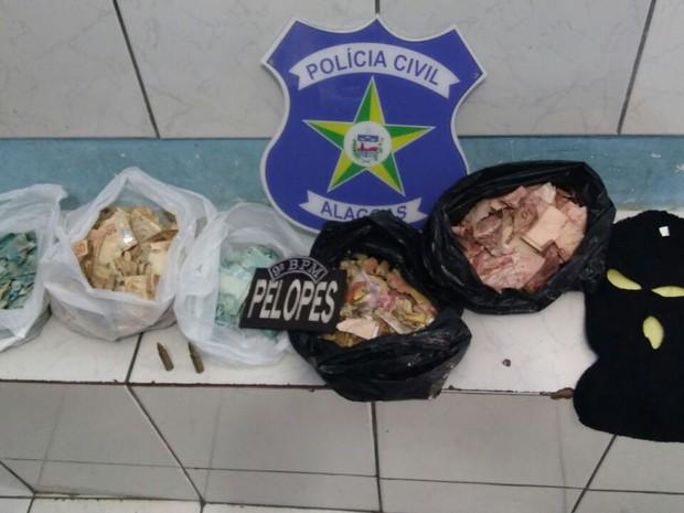 Suspeito foi preso com uma bolsa com notas de dinheiro queimadas (Foto: Divulgação/SSP-AL)