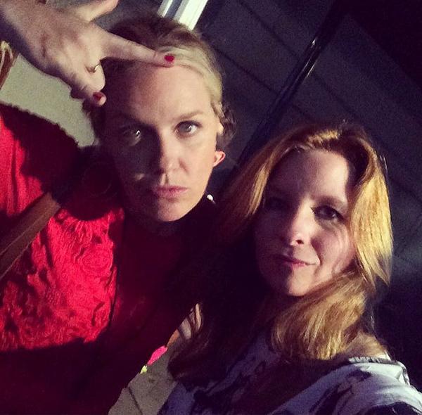 A atriz Jessica St Clair nos bastidores das filmagens de Playing House (Foto: Instagram)