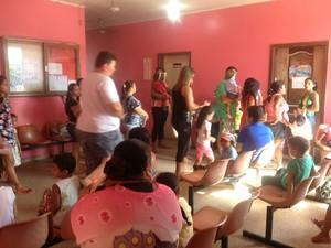 Pais levaram os filhos para os postos de vacinação (Foto: Jéssica Alves/G1)