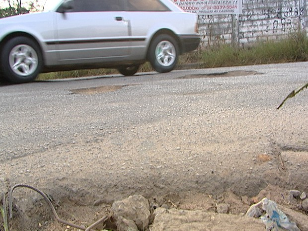 Buracos nas vias de Divinópolis (Foto: Reprodução / TV Integração)